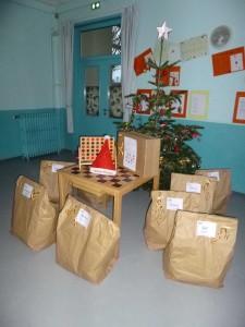 Les lutins du Père Noël ont laissé les cadeaux autour du sapin...